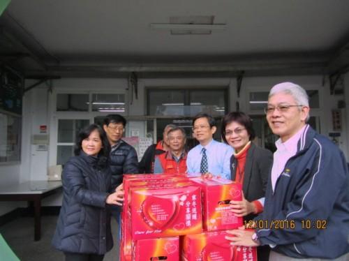 陳安文教基金會致贈本校福箱,照顧弱勢家庭。
